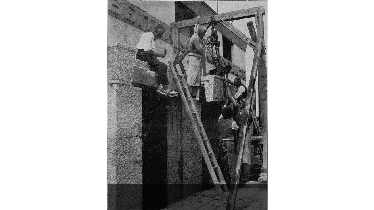 Versetzen der Gesimssteine © -, Verein Geschichte teilen